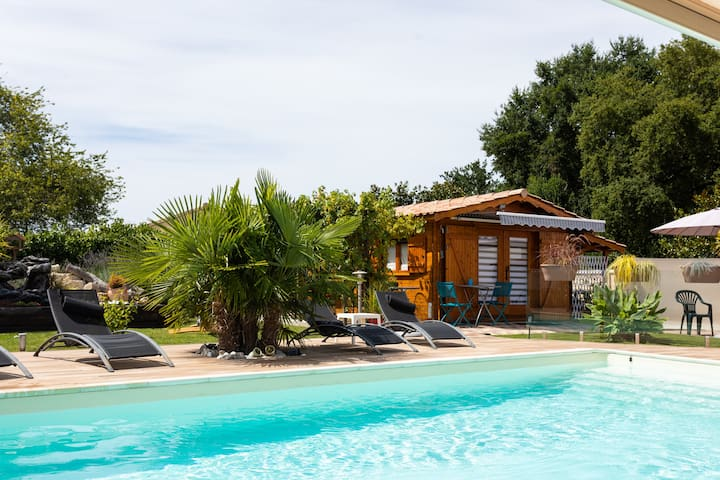 chalet avec terrasse au bord de la piscine