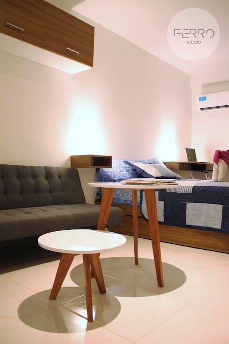 Cama matrimonial con espacio de guardado + sofá cama. Mesa de luz con veladores y escritorio.