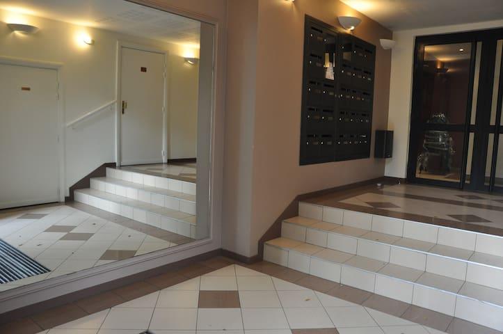 Entrée d'immeuble / Entrance of the building
