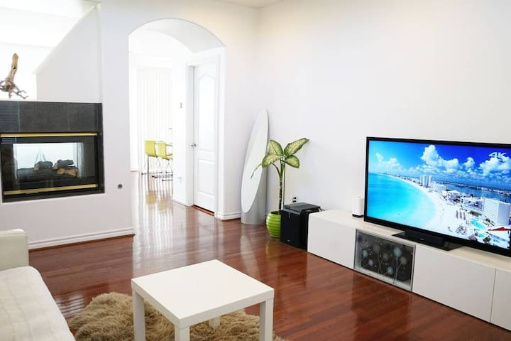 HUGE LUXURY MODERN 4BR Townhouse 5min drv to Beach
