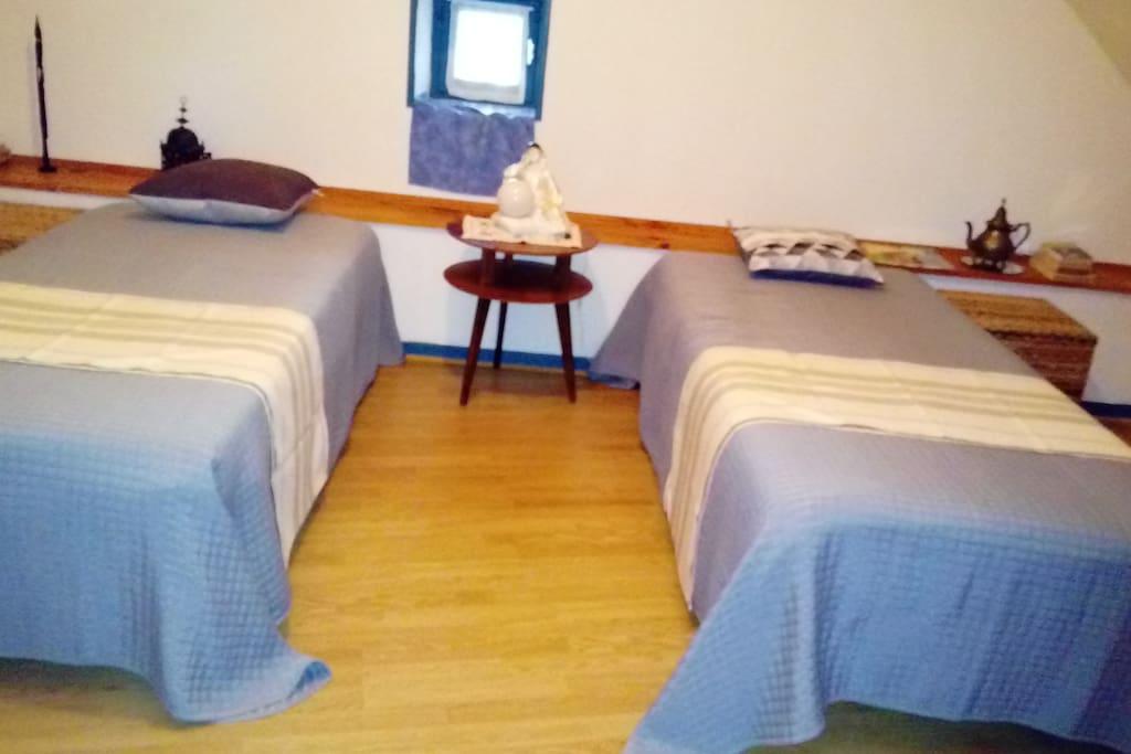 Chambre avec deux lits de 0.90. Peut également avoir un lit bébé ou enfant.