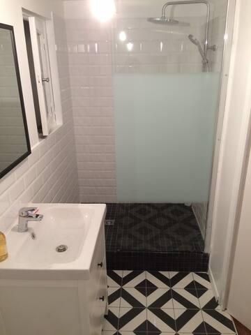 Salle de bain avec douche italienne et WC