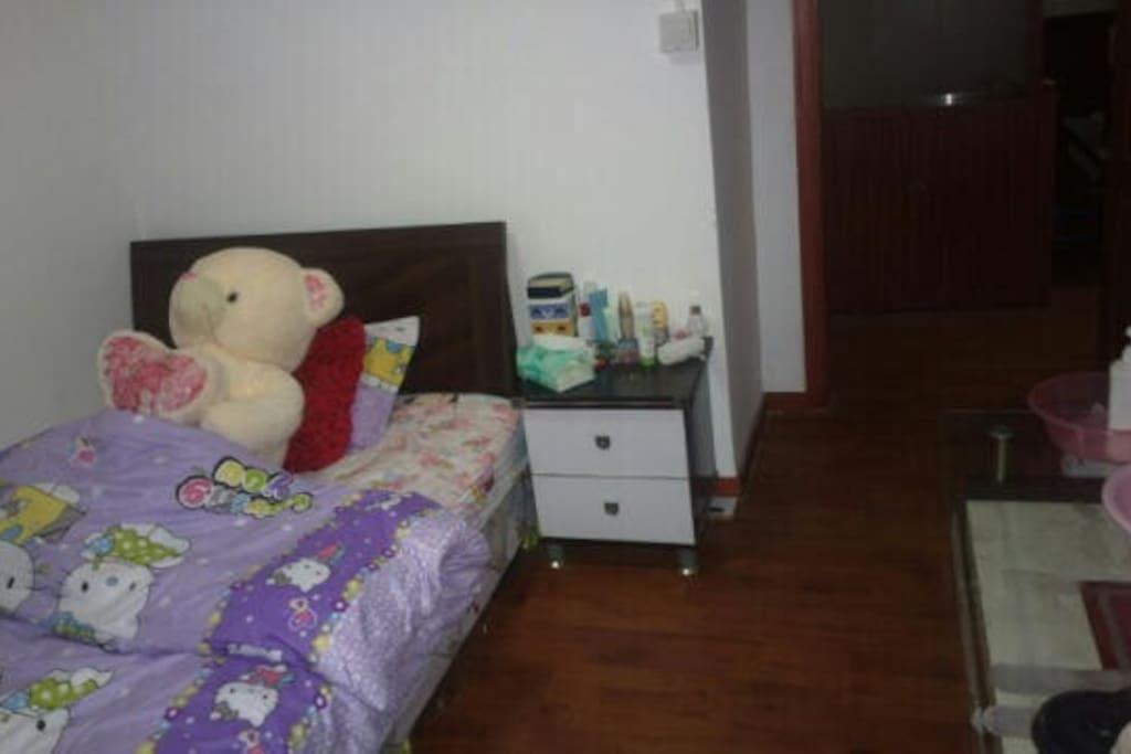 单人间,阁楼上还有双人沙发床,适合单人或者双人分开住和一起住。长租只接受一个人。500元一个月