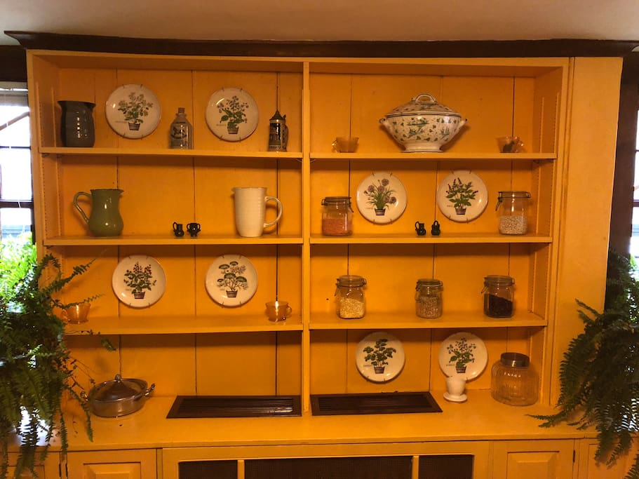 Decorative shelving in the dining room