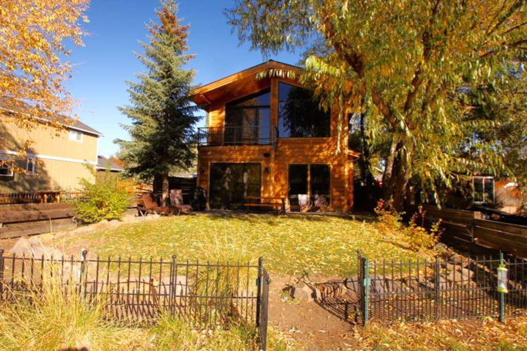 NW Riverfront Vacation Rental in Bend Oregon, gas grill, lounging chairs
