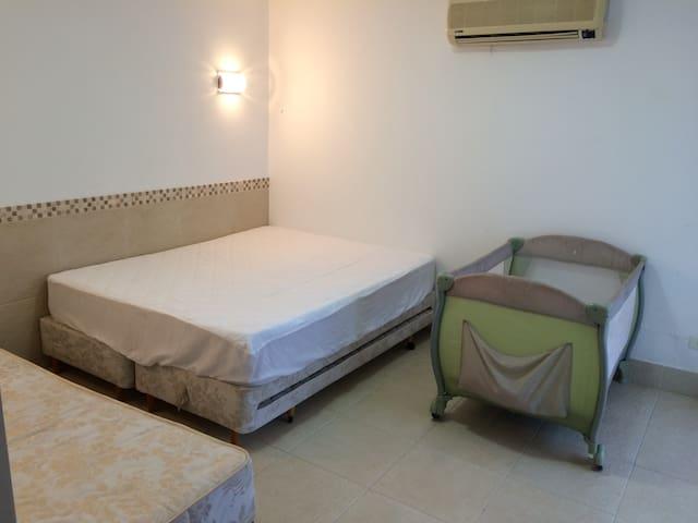 Suíte 1 - Casal Sendo 1 cama casal + 2 bicamas, 1 cama solteiro + berço quarto com armário, Blackout, varanda, rede e espelho