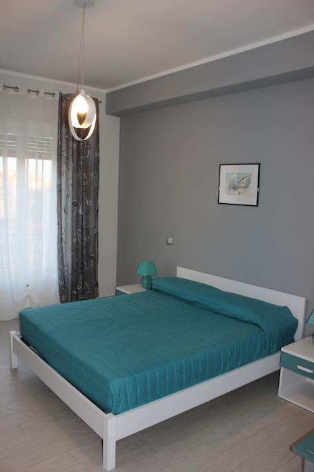 Camera da letto grigia