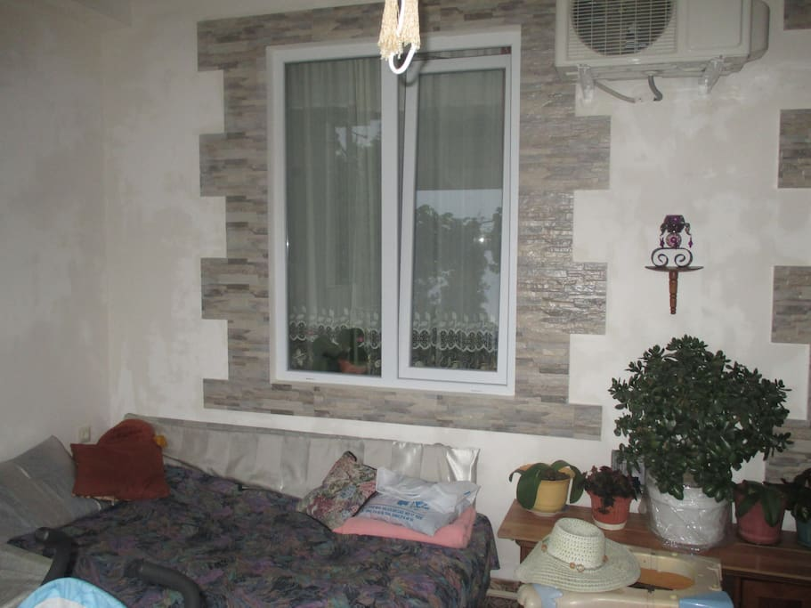 диван на балконе
