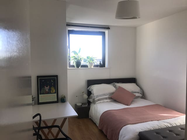 Sunny Room with Private Bathroom   London Fields