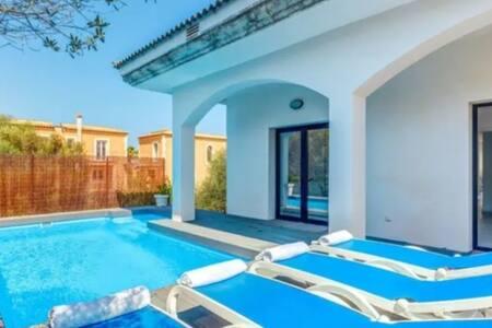 Villa de Diseño con Piscina Privada