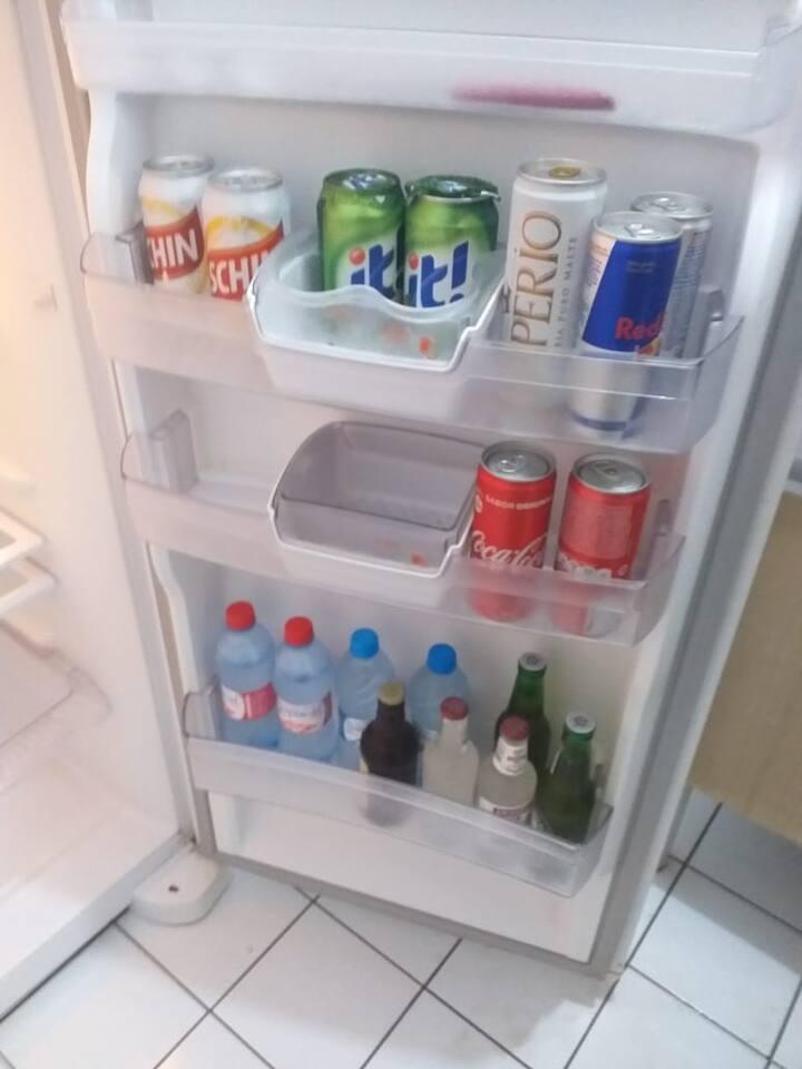 geladeira com bebidas de cortesia