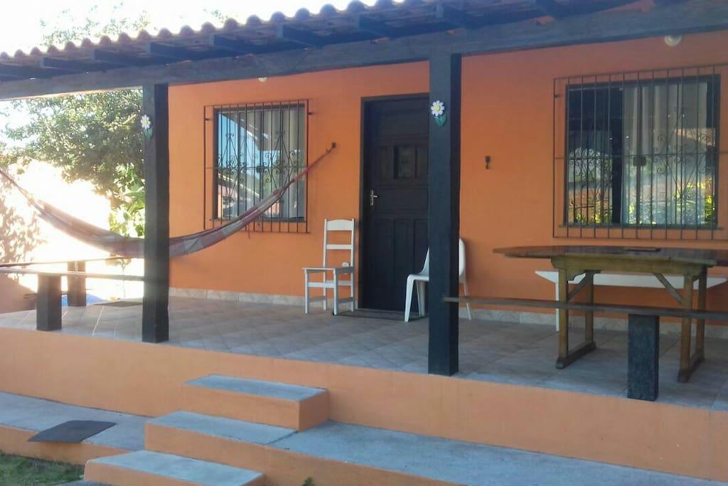 A varanda dá casa com aquela rede para aproveitar a fresquinha e relaxar...