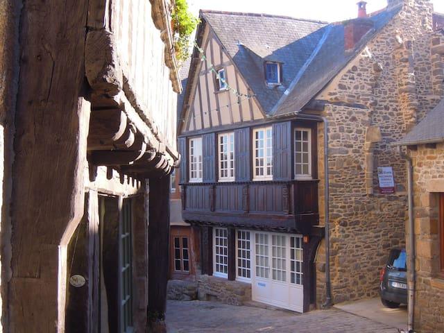Maison médiévale avec jardin et parking privé - Dinan - Casa