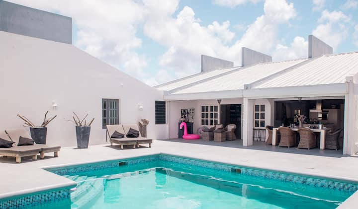Luxury villa, pool and sea view - 80m to the sea!