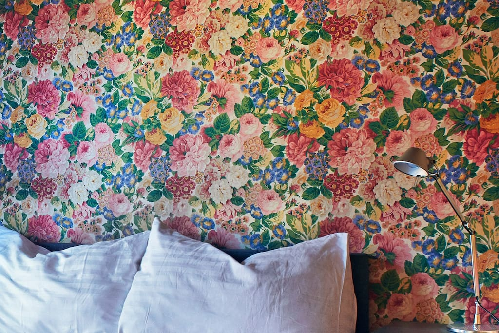 Lovely doubleroom n°2 with an «english garden» themed textile wall covering.