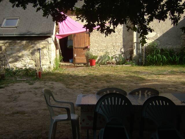 Porte d'entrée du gîte et table de jardin