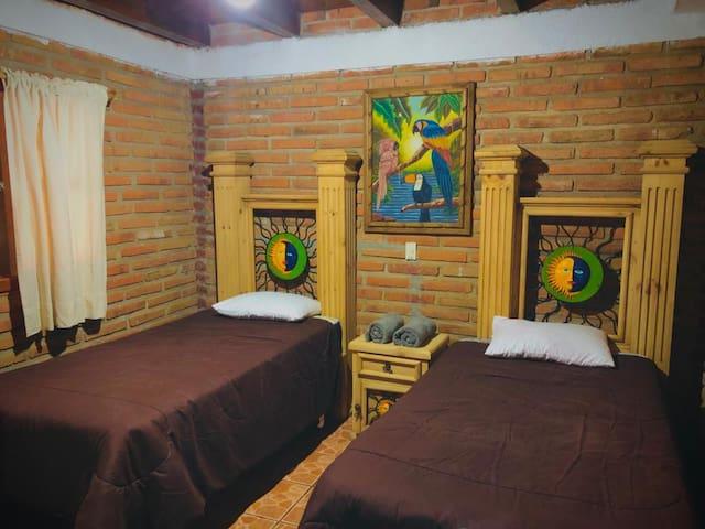 Habitación 2: 2 camas individuales.