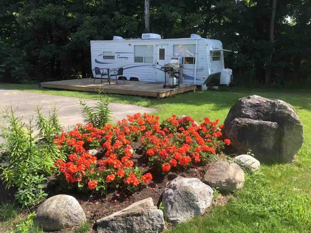Cozy Trailer  near Petrie Island beach (May-Nov)