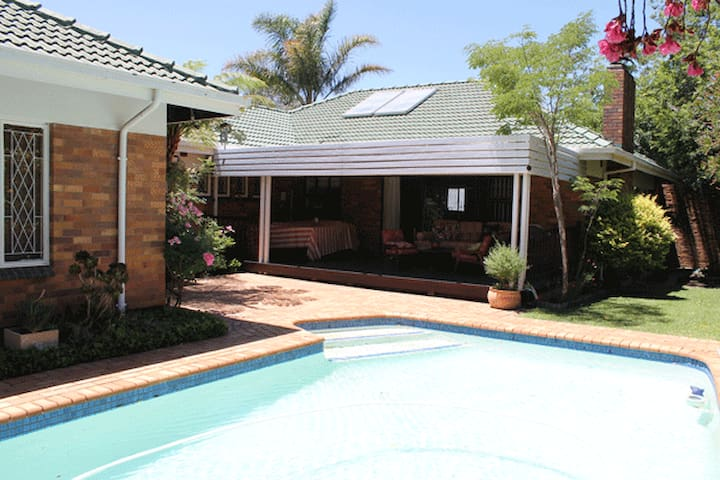 47 - peaceful, poolside, airport transport - Edenvale - Hus