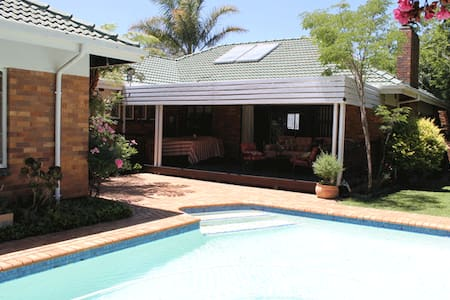 47 - peaceful, poolside, airport transport - Edenvale - Haus