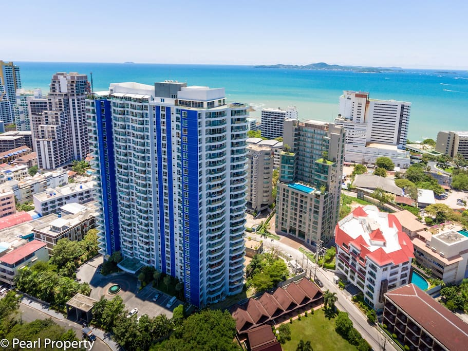 The Condo is very close to the Beach and offers amazing Sea Views.