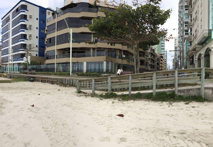 Amplo apartamento em frente ao mar Itapema!
