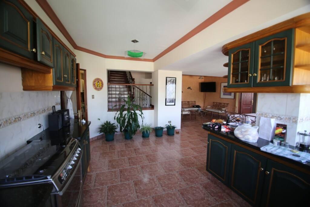 The open kitchen with a view on the stairway - La cocina abierta con una vista a las escaleras