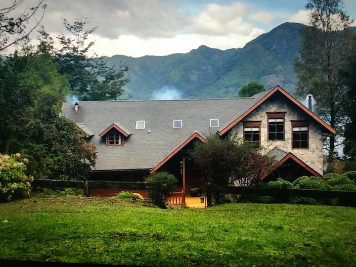 Amplia casa a orillas del lago colico