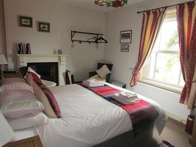 Comfortable Ensuite King Room in Friendly B&B