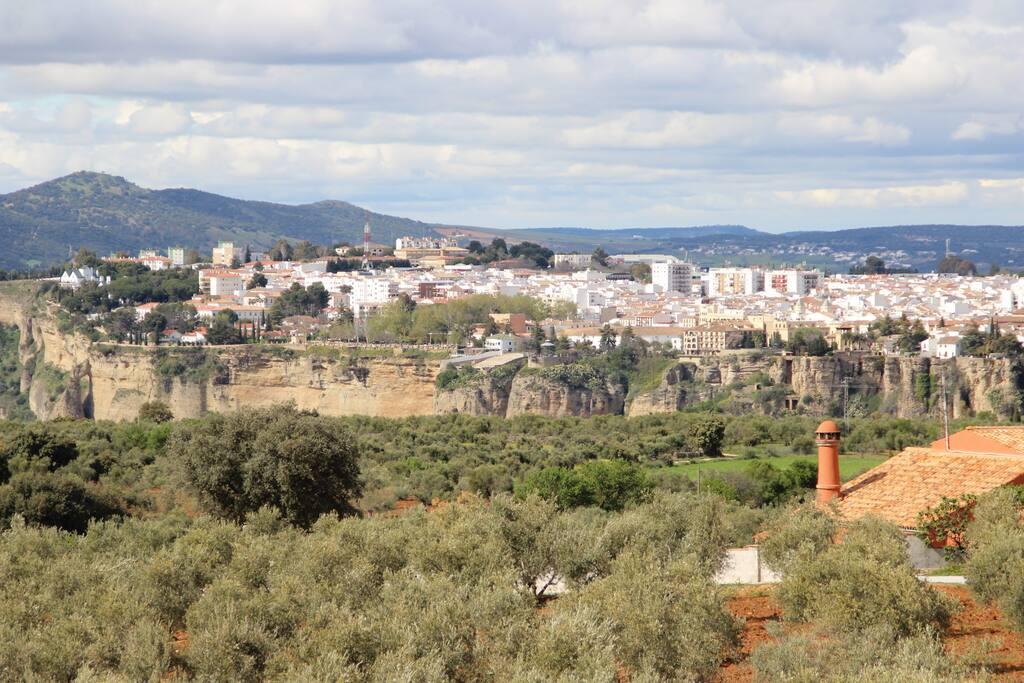 Vista al Tajo, sierra y a la ciudad de Ronda desde el alojamiento