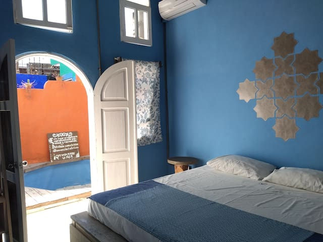 Room#6 King size bed, 2 blocks to the beach