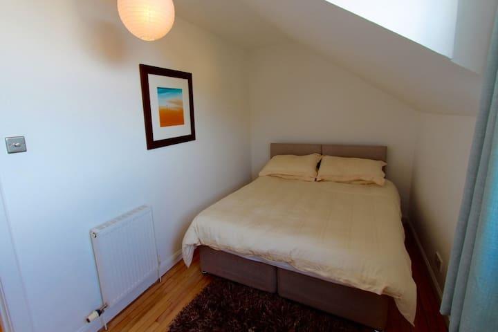 upstairs, bedroom 2 also has a zip & link