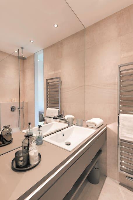 Exklusives Tageslichtbad mit Riesenspiegel und extra großem Handtuchwärmer
