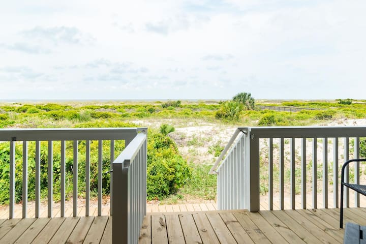 NEW LISTING Ocean Front 1 Bedroom - New Decks and Pool Access