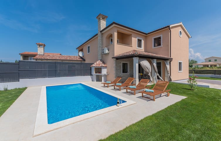 Brand new house with private pool and seaview!