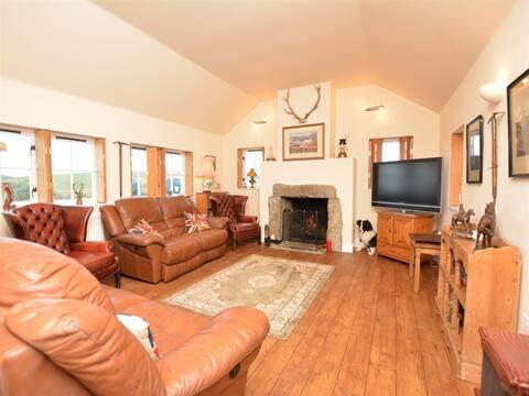 Lochcairn Lodge - Dog Friendly Accommodation