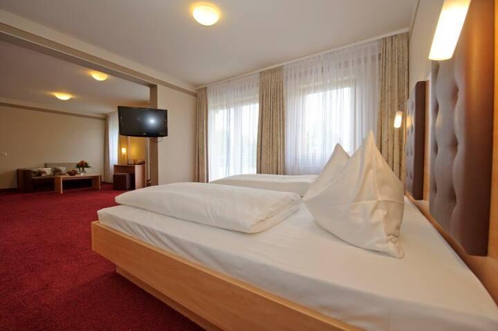 Land-Gut-Hotel Adlerbräu (Gunzenhausen), Suite Altmühlaue (54 qm) mit Balkon und begehbarer Dusche
