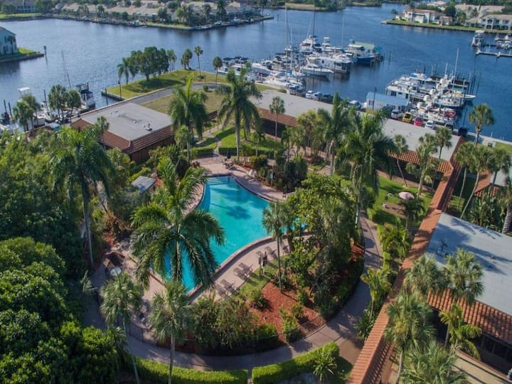 EVERGLADES GETAWAY! LOVELY UNIT, POOL, TENNIS!