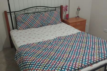 Cozy Double bed with pvt bath - Granville