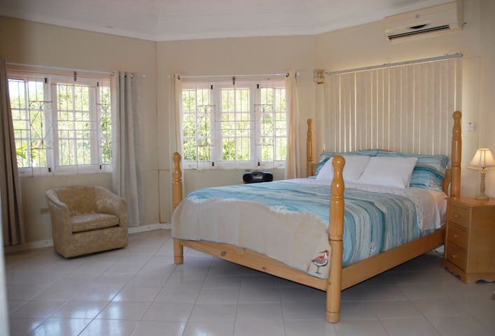 B&B Master Suite in Ironshore Villa with Pool
