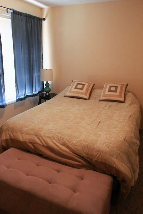 Main downstairs bedroom has a queen sized bed.