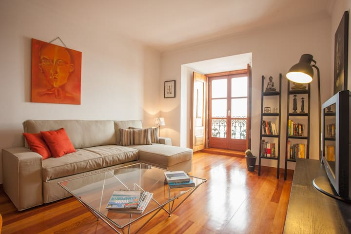 Cozy and spacious Flat with beautiful River VIEWS just 2min from Cathedral.