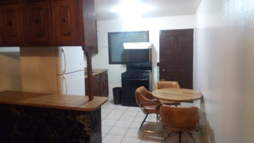 2 bedroom house 5 min from papas and beers
