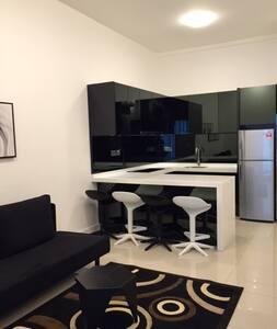 Studio Queen Bedroom + 1 Sofa Bed & Great Location - Kota Kinabalu