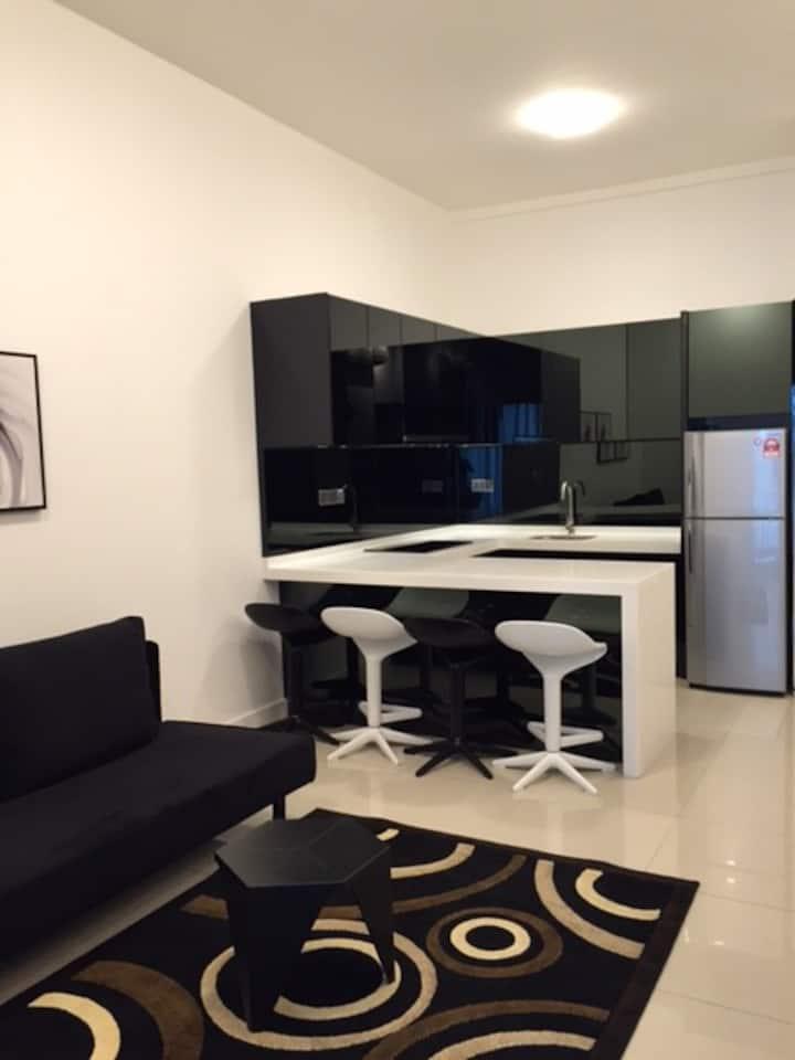 Studio Queen Bedroom + 1 Sofa Bed & Great Location