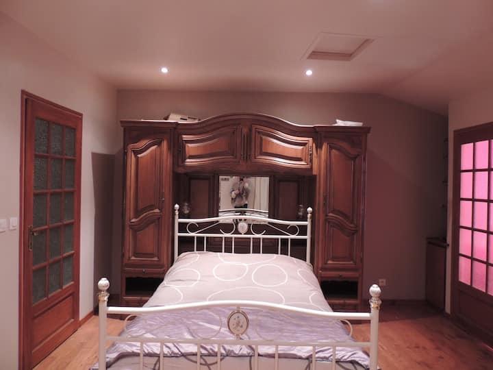 Chambre privée, maison de bourg.