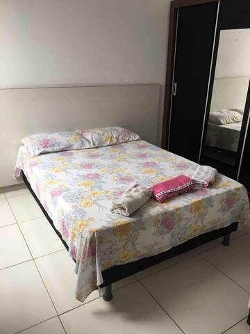 Quarto espaçoso arejado , com uma cama de casal, guarda roupa e televisão, disponível Netflix!