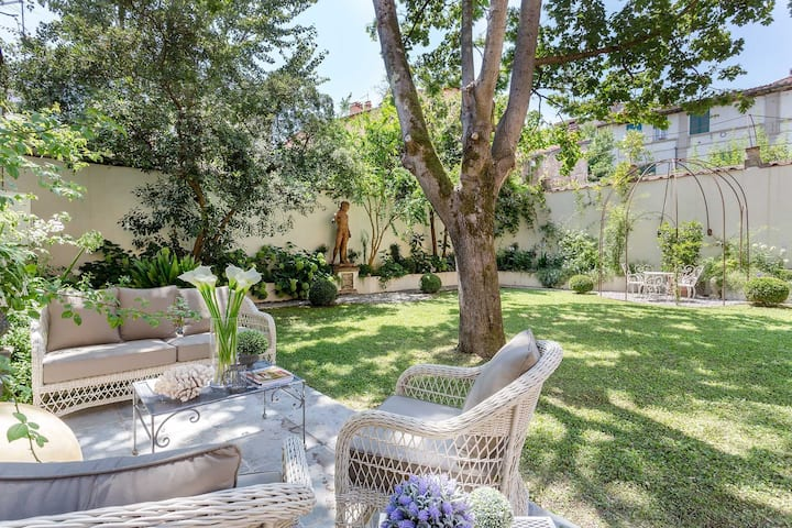 LA CASINA Luxury Apartment inside the Walls of Lucca with Garden, A/c, Wifi
