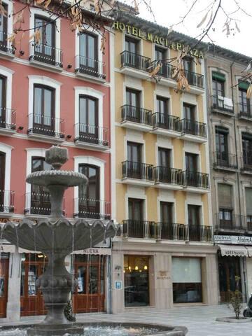 Fachada y entrada al hotel centro