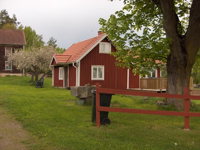 Farmhouse with seeview over Emådalen. - Hultsfred S - Cabaña